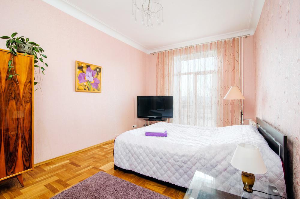 Спальная комната в трехкомнатной vip квартире на Независимости, 19 в Минске - Твой Остров