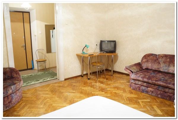 Жилая комната, зал с видом на прихожую в квартире на сутки в Минске по ул. Ленина, 4